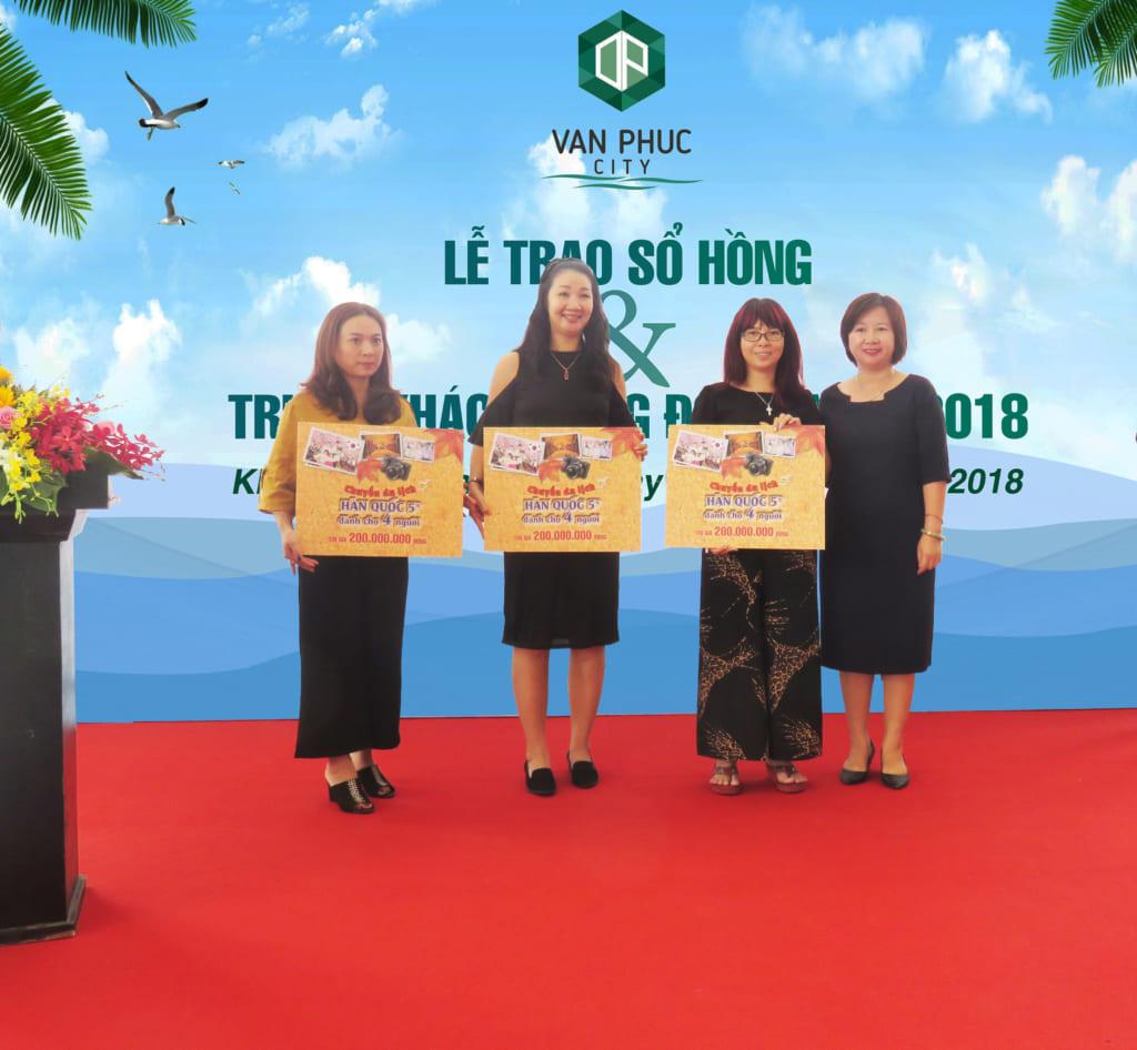 Bà Hương Nguyễn - Tổng Giám đốc Công ty CP Bất động sản Đại Phúc Land trao tặng chuyến du lịch Ocean World Hàn Quốc trị giá 200 triệu đồng cho khách hàng giao dịch thành công trong tháng 4/2018.