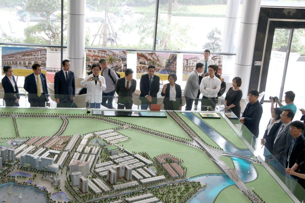 ác doanh nghiệp Hàn Quốc tham quan sa bàn dự án Khu đô thị Vạn Phúc - Ảnh: TN