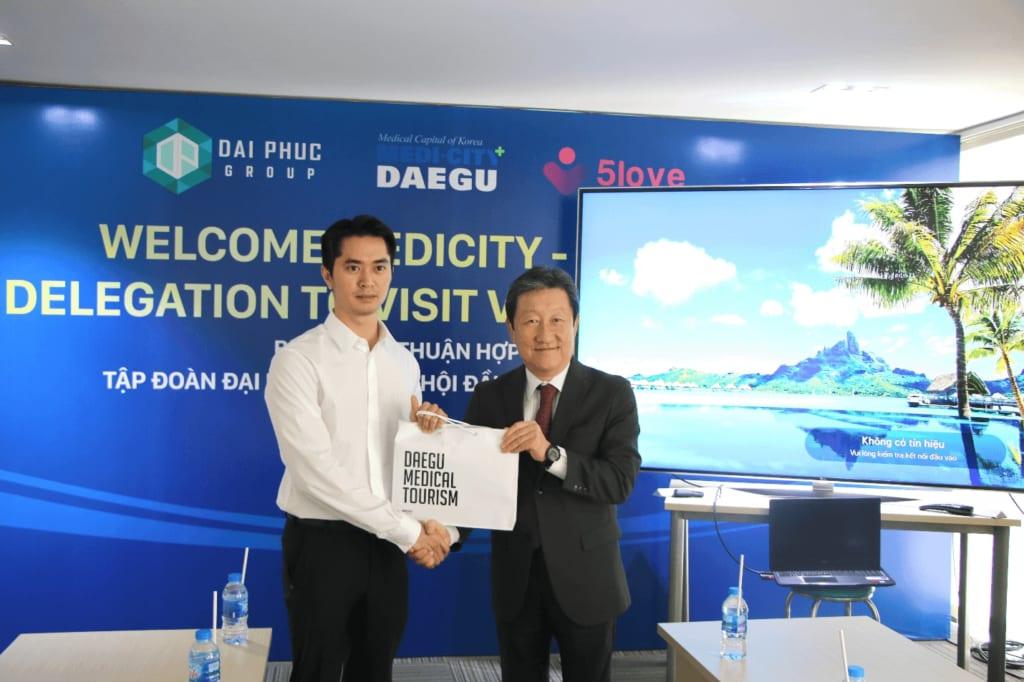 Đại diện Daegu trao quà cho ông Phạm Danh, Phó Tổng giám đốc Tập đoàn Bất động sản Đại Phúc - Ảnh: TN